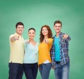 Grupo de adolescentes sonrientes sobre tablero verde Foto de archivo