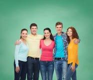 Grupo de adolescentes sonrientes sobre tablero verde Fotografía de archivo libre de regalías