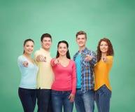 Grupo de adolescentes sonrientes sobre tablero verde Fotografía de archivo
