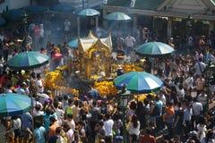 Grupo de adoración del viajero a Brahma en el distrito de Ratchaprasong, Bangkok, Tailandia el 1 de enero de 2018 foto de archivo