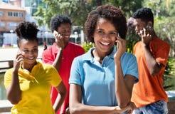 Grupo de adulto joven latinoamericano que habla en el teléfono Fotos de archivo libres de regalías