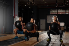Grupo de adultos caucásicos deportivos que ejercitan en gimnasio Imagen de archivo libre de regalías