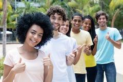 Grupo de adultos jovenes étnicos multi acertados en línea foto de archivo
