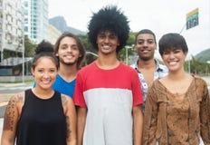 Grupo de adultos jovenes del inconformista internacional en la ciudad Imagen de archivo libre de regalías