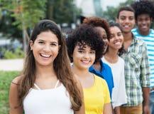 Grupo de adultos jovenes multiculturales en fila imágenes de archivo libres de regalías