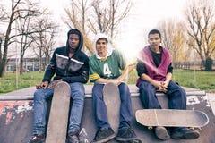 Grupo de adultos jovenes que se sientan en una rampa Fotos de archivo