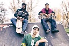 Grupo de adultos jovenes que se sientan en una rampa Imagen de archivo