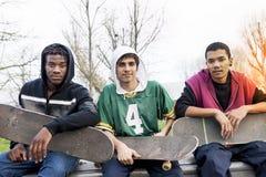 Grupo de adultos jovenes que se sientan en una rampa Foto de archivo libre de regalías