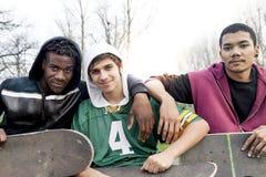 Grupo de adultos jovenes que se sientan en una rampa Foto de archivo