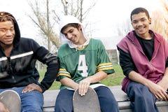 Grupo de adultos jovenes que se sientan en una rampa Imagenes de archivo