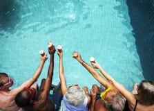Grupo de adultos mayores diversos que comen el helado junto Foto de archivo
