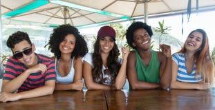 Grupo de adultos novos internacionais felizes fotografia de stock royalty free