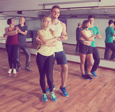 Grupo de adultos positivos que bailan bachata junto Imagenes de archivo