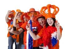 Grupo de aficionados al fútbol holandeses que hacen la polonesa sobre el backgroun blanco fotografía de archivo