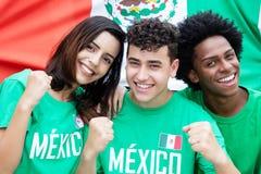 Grupo de aficionados al fútbol mexicanos con la bandera de México Foto de archivo libre de regalías