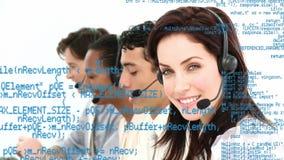 Grupo de agentes del centro de llamada que toman llamadas almacen de video