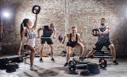 Grupo de ajuste e povos musculares que praticam com barbell foto de stock royalty free