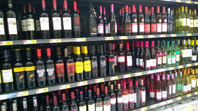 Grupo de alcohol en estantes de una tienda fotografía de archivo