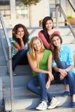 Grupo de alumnos adolescentes femeninos fuera de la sala de clase Imagenes de archivo
