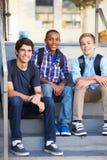 Grupo de alumnos adolescentes masculinos fuera de la sala de clase Fotografía de archivo