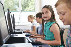 Grupo de alumnos elementales en clase del ordenador fotografía de archivo libre de regalías