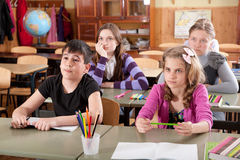 Alumnos en la sala de clase durante una lección Foto de archivo