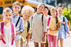 grupo de alumnos felices que se colocan en fila delante de fotografía de archivo libre de regalías