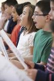 Grupo de alumnos que cantan en coro junto Imagen de archivo libre de regalías