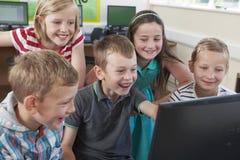 Grupo de alunos elementares na classe do computador imagens de stock