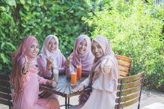 Grupo de amiga que muestra el pulgar para arriba Foto de archivo