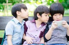 Grupo de amigo de meninos que joga o togethter do jogo Fotos de Stock Royalty Free