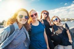 Grupo de amigo elegante joven despreocupado sonriente feliz de la hembra de la muchacha imagenes de archivo