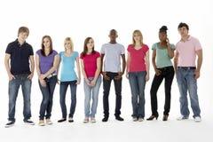 Grupo de amigos adolescentes en estudio Foto de archivo