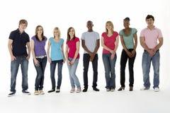 Grupo de amigos adolescentes en estudio Fotos de archivo