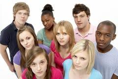 Grupo de amigos adolescentes en estudio Fotos de archivo libres de regalías