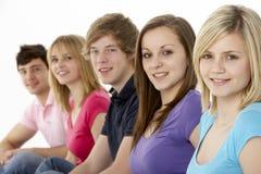 Grupo de amigos adolescentes en estudio Imagen de archivo libre de regalías