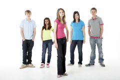 Grupo de amigos adolescentes en estudio Imágenes de archivo libres de regalías
