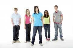 Grupo de amigos adolescentes en estudio Imagen de archivo