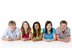 Grupo de amigos adolescentes en estudio Fotografía de archivo