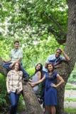Grupo de amigos adolescentes en parque Fotografía de archivo