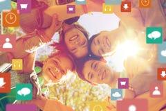 Grupo de amigos adolescentes felices Fotos de archivo