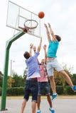 Grupo de amigos adolescentes felices que juegan a baloncesto Fotos de archivo libres de regalías