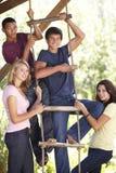 Grupo de amigos adolescentes por la casa del árbol Fotografía de archivo