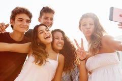 Grupo de amigos adolescentes que bailan y que toman Selfie Fotos de archivo