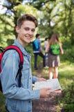 Grupo de amigos adolescentes que caminan en campo junto Imágenes de archivo libres de regalías