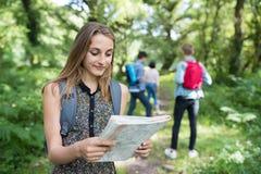 Grupo de amigos adolescentes que caminan en campo junto Fotos de archivo