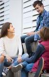 Grupo de amigos adolescentes que charlan y que se divierten Imagen de archivo