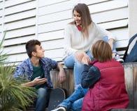 Grupo de amigos adolescentes que charlan y que se divierten Imagen de archivo libre de regalías