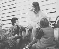 Grupo de amigos adolescentes que charlan y que se divierten Imágenes de archivo libres de regalías