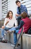 Grupo de amigos adolescentes que charlan y que se divierten Imagenes de archivo